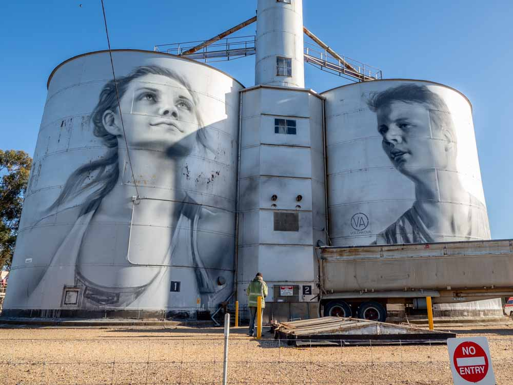 Rupanyup silo mural by Julia Volchkova. Mural of teenagers on two grain silos